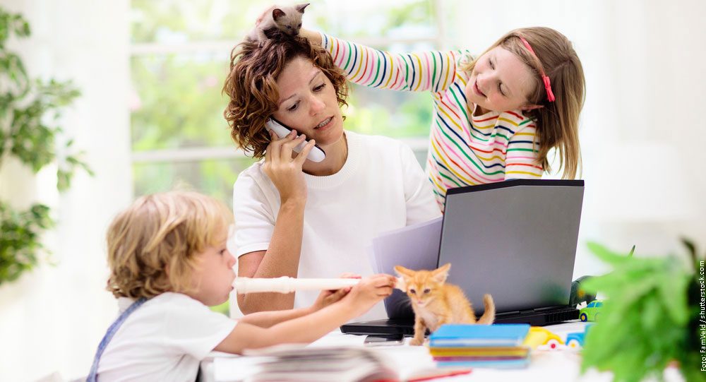 Frau mit Kindern im Home Office