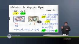 Dr. Scheicher im Vordergrund mit einem Whiteboard mit Formeln